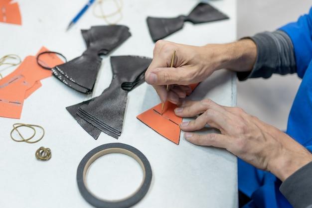 Ontwerp lijnen om te naaien volgens het patroon, met een speciale staaf. productie van schoenen. voor elk doel.