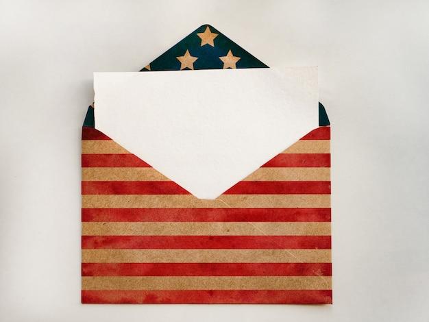 Ontwerp van een envelop in de kleuren van de amerikaanse vlag