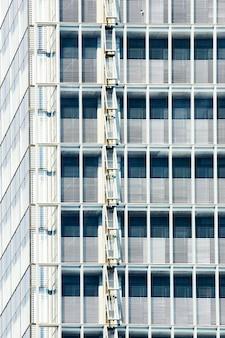 Ontwerp van gebouw met geopende ramen