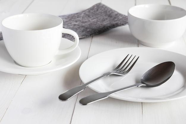 Ontwerpconcept verschillende die keukengereiwerktuigen op wit houten lijst worden geplaatst