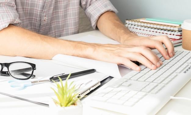 Ontwerper bewegende handen werken met laptopcomputer en digitaal webdesign diagram als concept