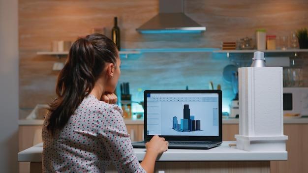 Ontwerper die cad-software gebruikt om een 3d-concept te ontwerpen van gebouwen die op afstand overuren maken vanuit huis. ingenieur kunstenaar creëren en studeren in kantoor nieuw modern model, vastberadenheid, carrière.