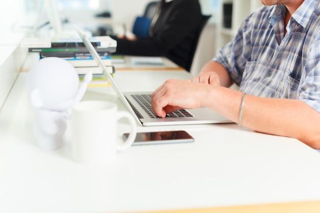 Ontwerper die grafische tablet gebruiken op kantoor
