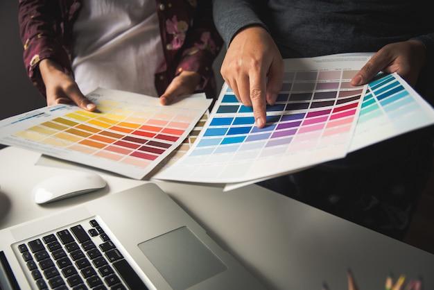 Ontwerper grafisch creatief, creativiteitvrouw die aan laptop werkt en de kleurstijl van kleurende kleuren ontwerpt