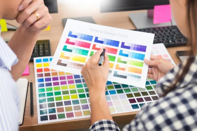 Ontwerper grafische creatieve creativiteit samen werken kleuren met behulp van grafisch tablet