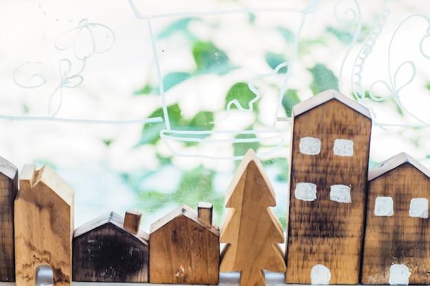Ontwerper hand aanwezig houten vorm huis model huis verzekering ideeën concept