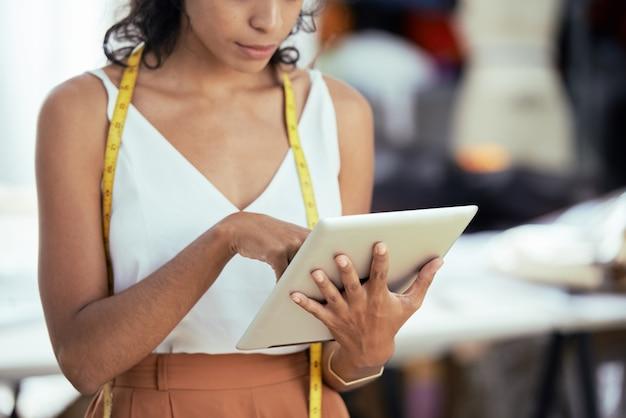 Ontwerper met behulp van digitale tablet