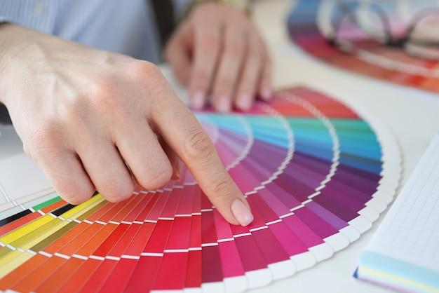 Ontwerper met kleurstaal aan balie in kantoor close-up. interieur ontwerpconcept