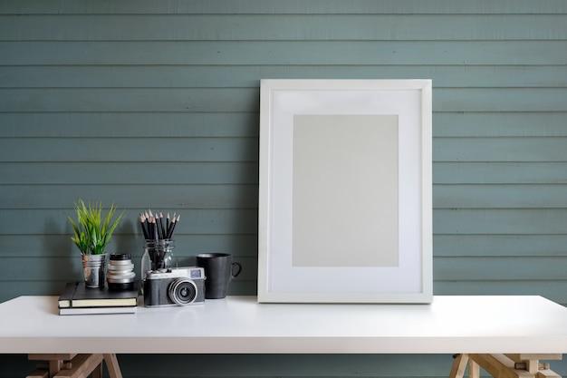 Ontwerper of fotograafwerkruimte met computer en affiche op huisstudio.