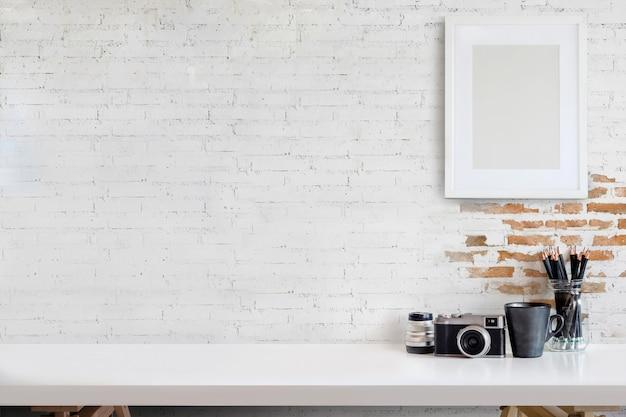 Ontwerper of fotograafwerkruimte met computer op huisstudio.
