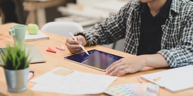 Ontwerper schaven zijn project op tablet