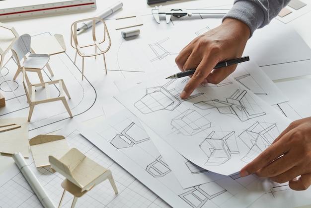 Ontwerper schetsen product stoel meubelen prototype