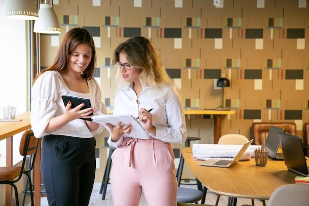 Ontwerpers bespreken project in coworking office