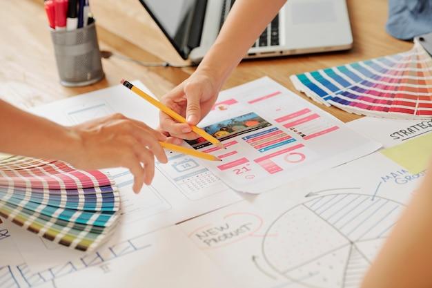 Ontwerpers die werken met schetsen