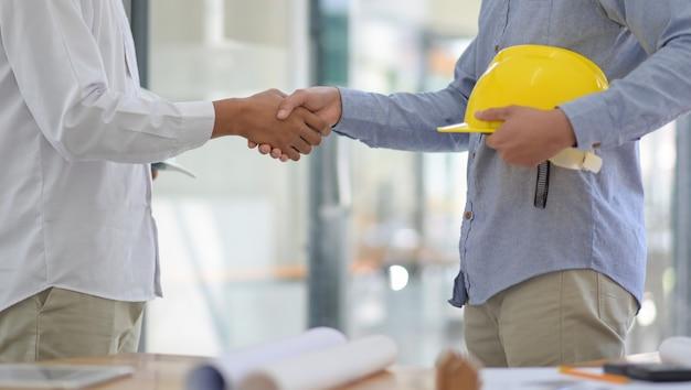 Ontwerpers en ingenieurs slaan de handen ineen om zich bij het project aan te sluiten.