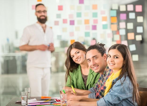 Ontwerpers ontmoeten elkaar om nieuwe ideeën op kantoor te bespreken.
