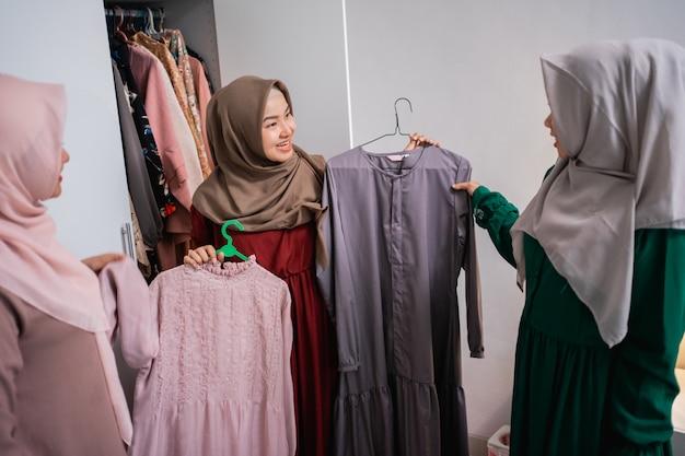 Ontwerpers van moslimkleding tonen de resultaten van hun kleding aan hun klanten