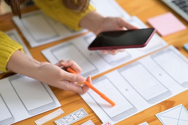 Ontwerpers van smartphoneschermen werken eraan om de nieuwe generatie smartphones bij te houden.