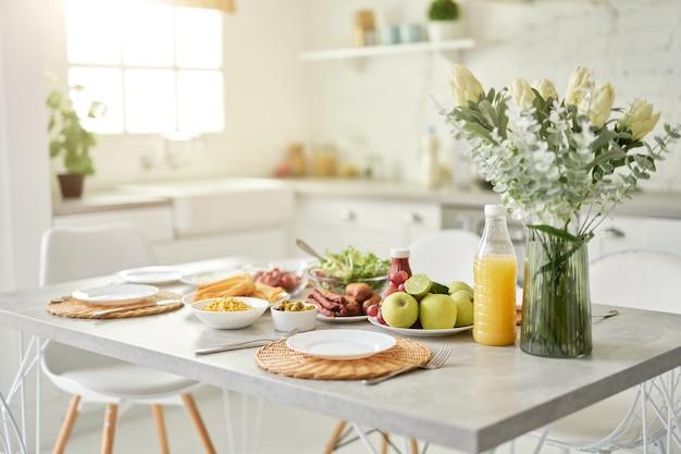 Ontwerpideeën close-up van vaas met bloemen en ontbijt in latijnse stijl in de keuken