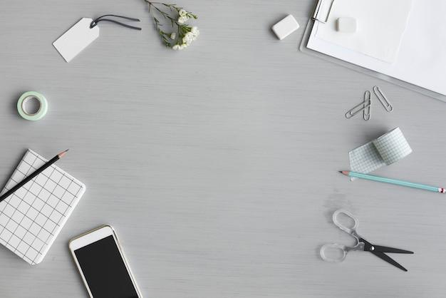 Ontwerpruimte met briefpapier op grijze achtergrond
