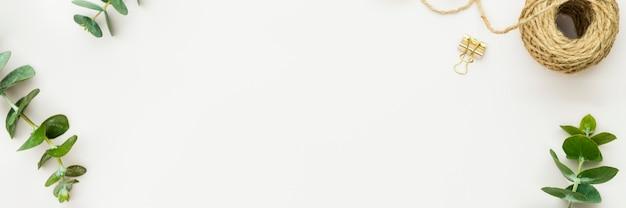 Ontwerpruimte versierd met bladeren website sjabloon voor spandoek