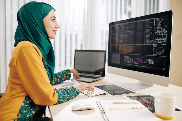 Ontwikkelaar die programmeercode implementeert
