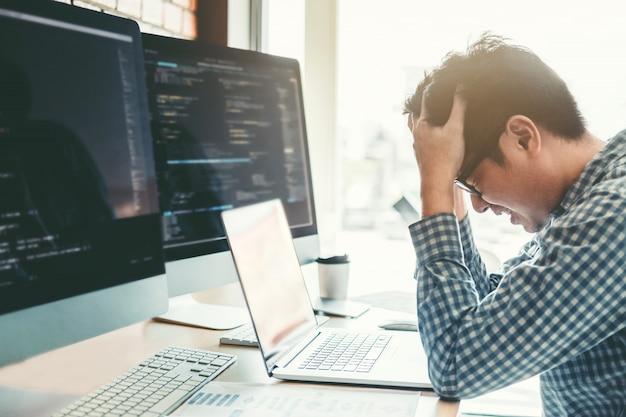 Ontwikkelaar programmeur gestrest zonder werk. ontwikkeling website ontwerp
