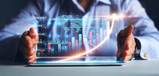 Ontwikkeling van bedrijfsstrategie en groeiend groeiplan zakenvrouw met tablet met groeiend virtueel hologram van statistische grafiek en grafiek