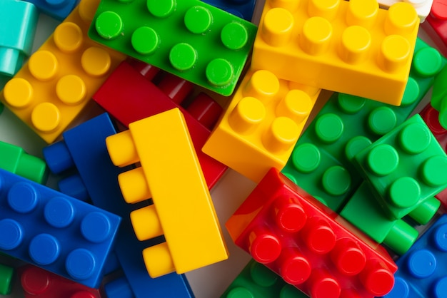 Ontwikkeling van kinderen, bouwstenen, bouwconstructies en vrachtwagens