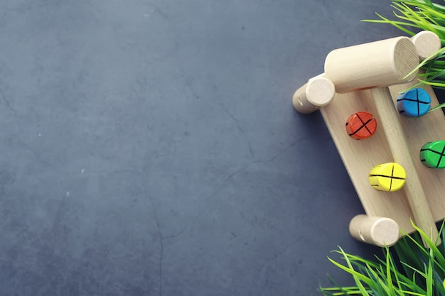 Ontwikkeling van kinderen. houten speelgoed voor kinderen op tafel in de speelruimte. ruimte voor creativiteit en zelfontplooiing van kinderen. houten aannemer.