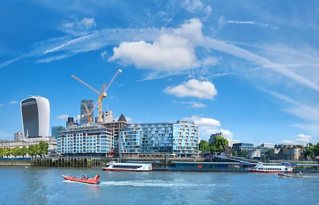 Ontwikkeling van londen: panoramisch beeld van de bouw van kantoorgebouwen aan de oever van de theems