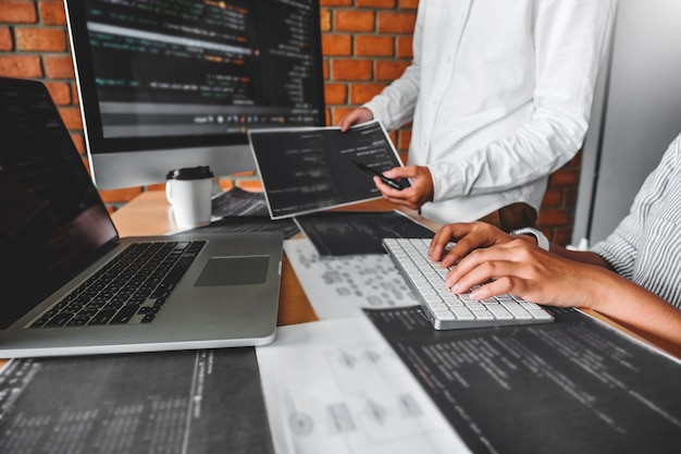 Ontwikkeling van programmeur die computercodes leest ontwikkeling website-ontwerp en coderingstechnologieën.