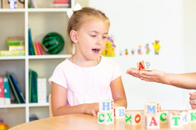 Ontwikkelings- en logopedische lessen met een kind-meisje