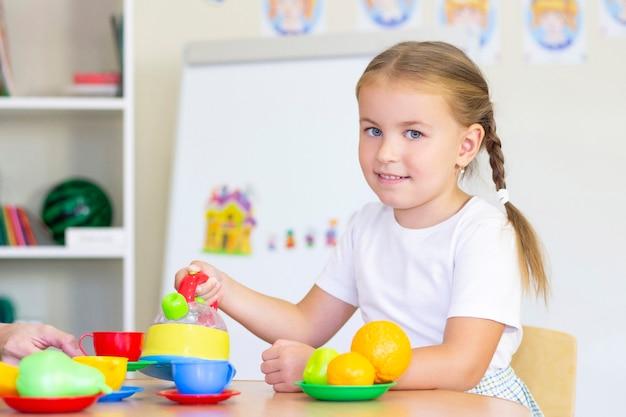 Ontwikkelings- en logopedische lessen met een kindmeisje