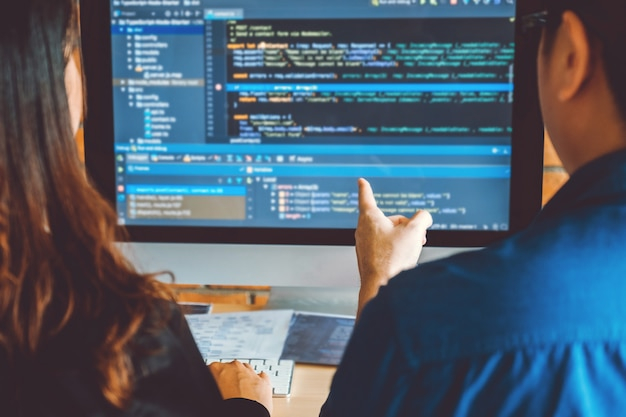 Ontwikkelt programmeur teamontwikkeling websiteontwerp en coderingstechnologieën die werken in een softwarebedrijf