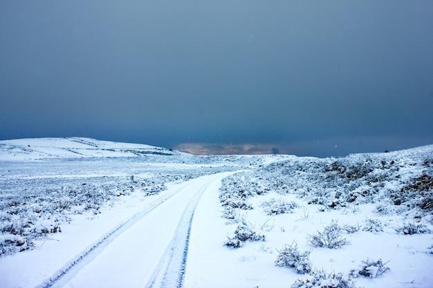 Onverharde weg in de winter in het binnenland