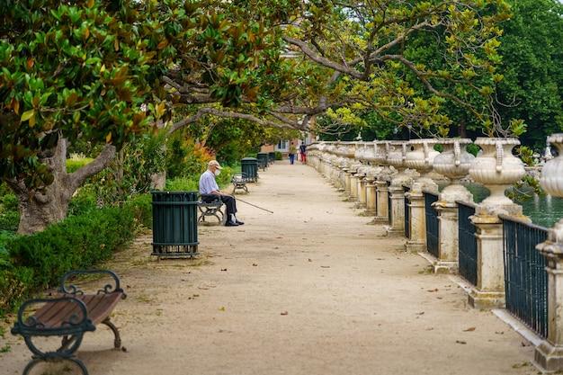 Onverharde weg in het park naast de rivier de taag en mensen die lopen en rusten