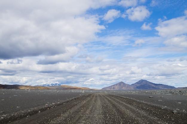 Onverharde weg langs de centrale hooglanden van ijsland. ijsland landschap. route f907