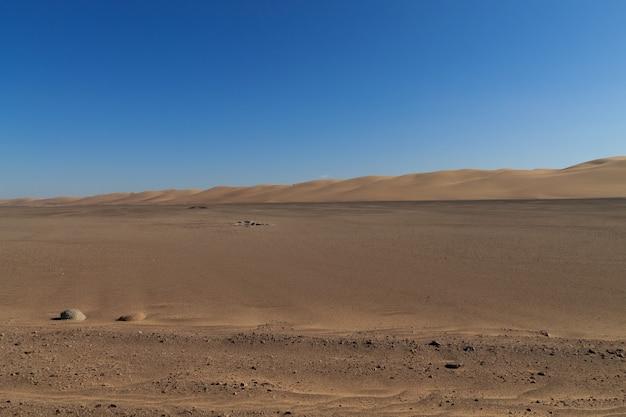 Onverharde weg van skeleton coast, namibië