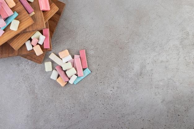 Onverpakte suikervrije kauwgomstokjes op een stenen tafel.