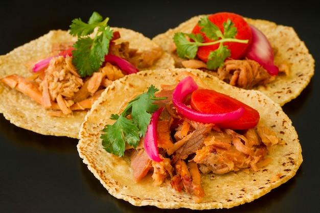 Onverpakte tortilla met vlees en groenten
