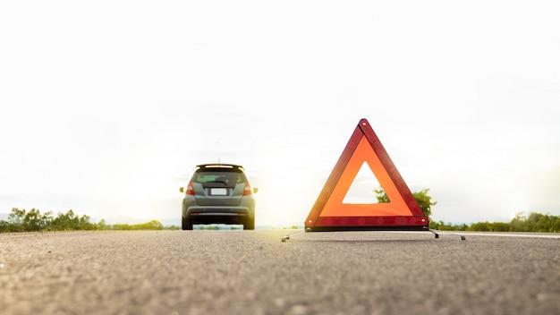 Onverwachte gebeurtenis tijdens het reizen in de buurt van reizen, rode gevarendriehoek.