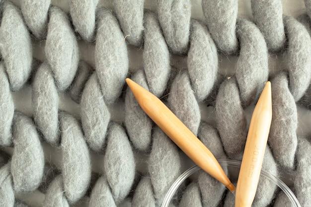 Onvolledig breiproject met houten naalden