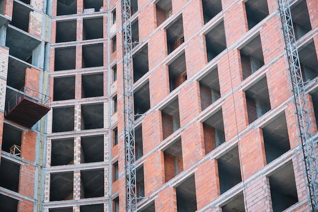 Onvoltooide bakstenen gebouw op het terrein