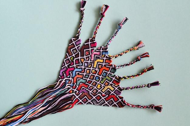 Onvoltooide diy geweven vriendschapsarmbanden met abstract geometrisch patroon