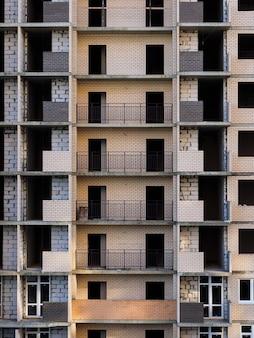 Onvoltooide gebouw met meerdere verdiepingen. bakstenen gebouw in aanbouw