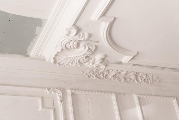 Onvoltooide gipsafgietsel op het plafond. decoratieve gipsafwerking. gipsplaten en schilderwerken