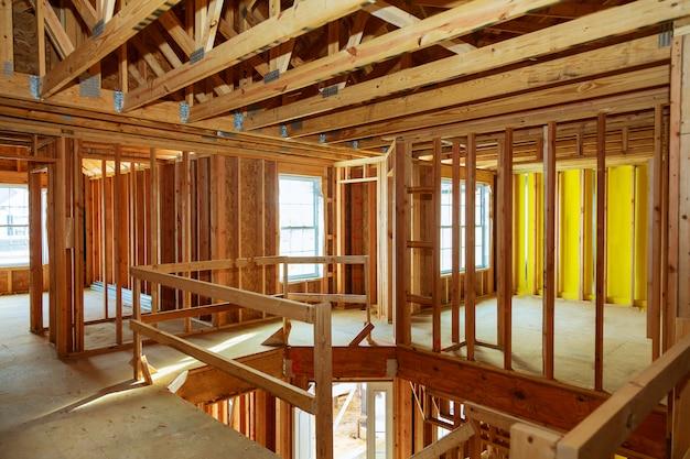 Onvoltooide houten frame gebouw of huis