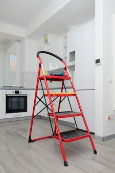 Onvoltooide moderne witte keuken