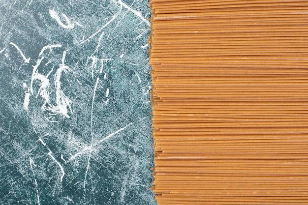 Onvoorbereide verse pasta op marmeren achtergrond. hoge kwaliteit foto